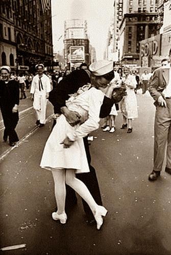 Murió mujer del beso icónico del fin de la II Guerra Mundial