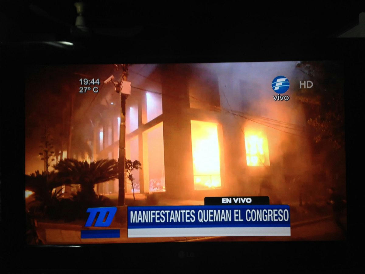 Indignados paraguayos incendian congreso y rechazan reelección presidencial
