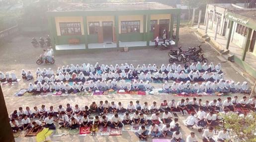 Guru dan Siswa al-Ma'rufi Cibeuti Gelar Do'a serta Urunan untuk Korban Rohingya