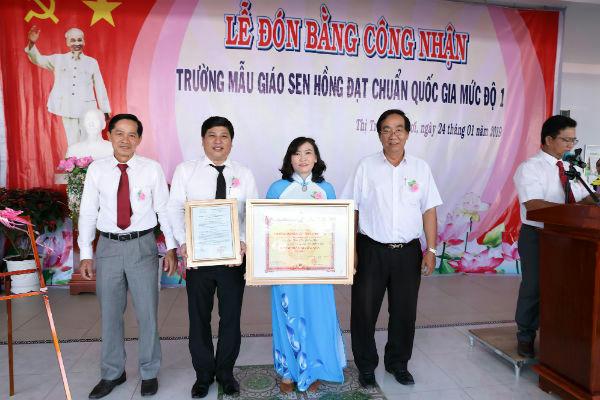 Ông Tạ Thanh Vũ - Phó Chủ tịch huyện (trái); Ông Lê Thanh Liêm - PGĐ Sở GD&ĐT