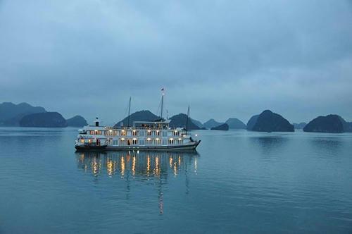 Hưởng kỳ nghỉ trên du thuyền Hạ Long