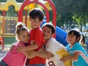Brincar desenvolve na criança a criatividade, a imaginação e a capacidade de se relacionar com o outro (Foto everystockphoto)