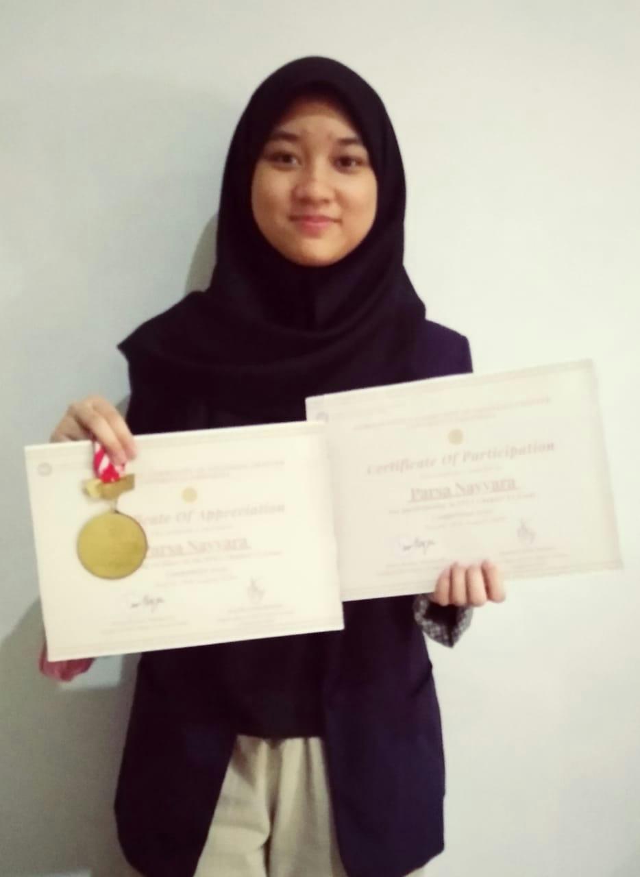 Parsa Nayyara menerima piagam penghargaan Essay UI