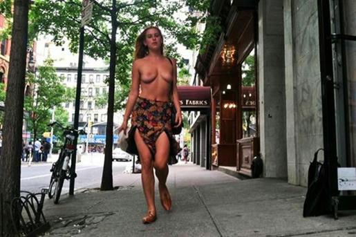 Scout-LaRue-Willis,-la-hija-de-Bruce-y-Demi,-por-el-Topless-como-derecho-en-Instagram