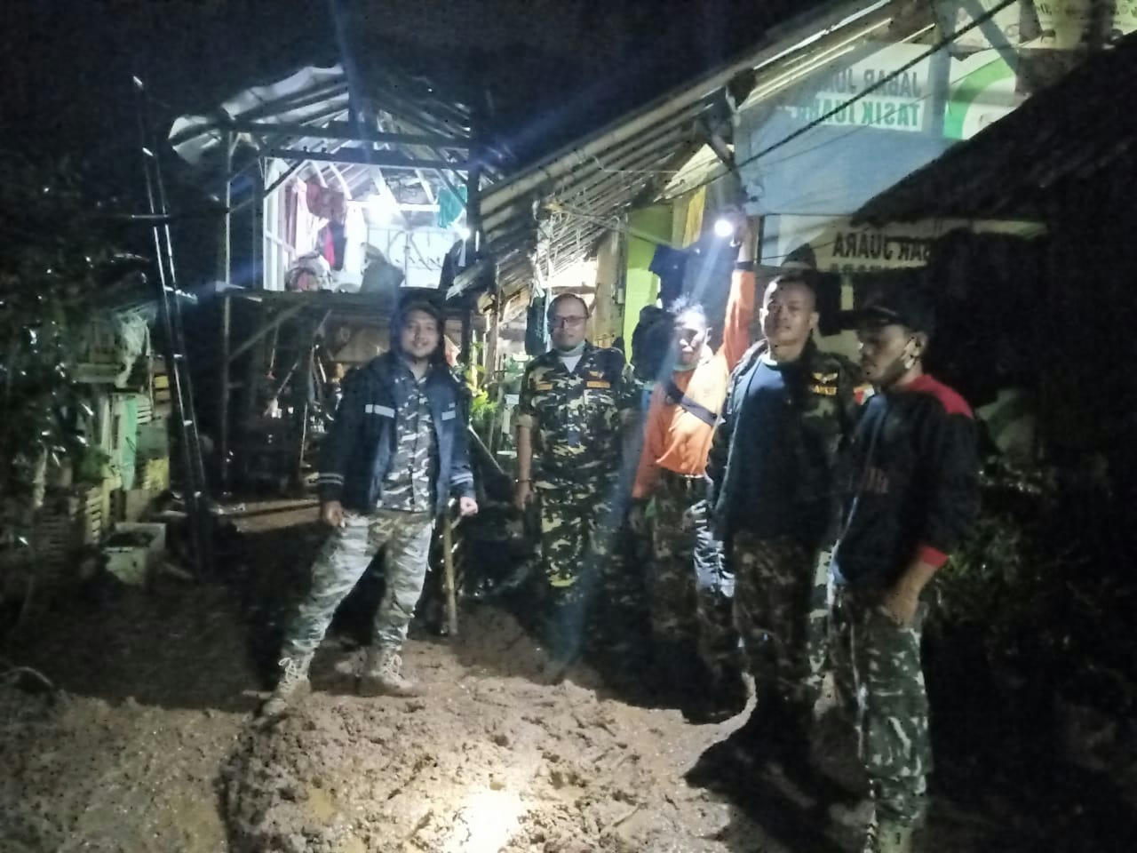 Banser Bersihkan Luapan Lumpur Irigasi yang Masuk Pemukiman Warga