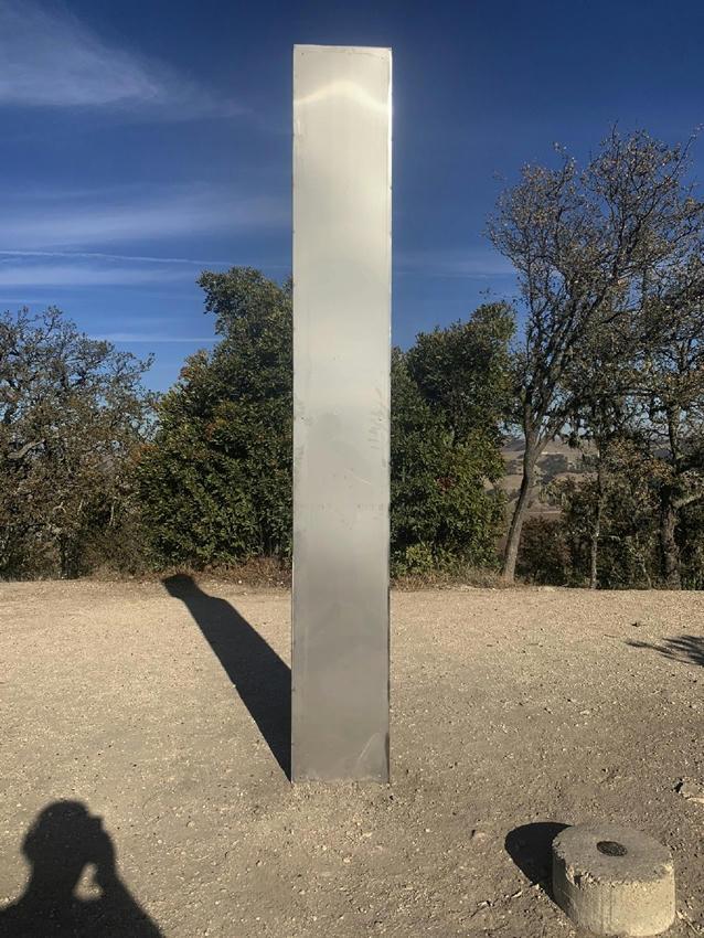 Fiebre de monolitos metálicos: Ahora apareció uno en California
