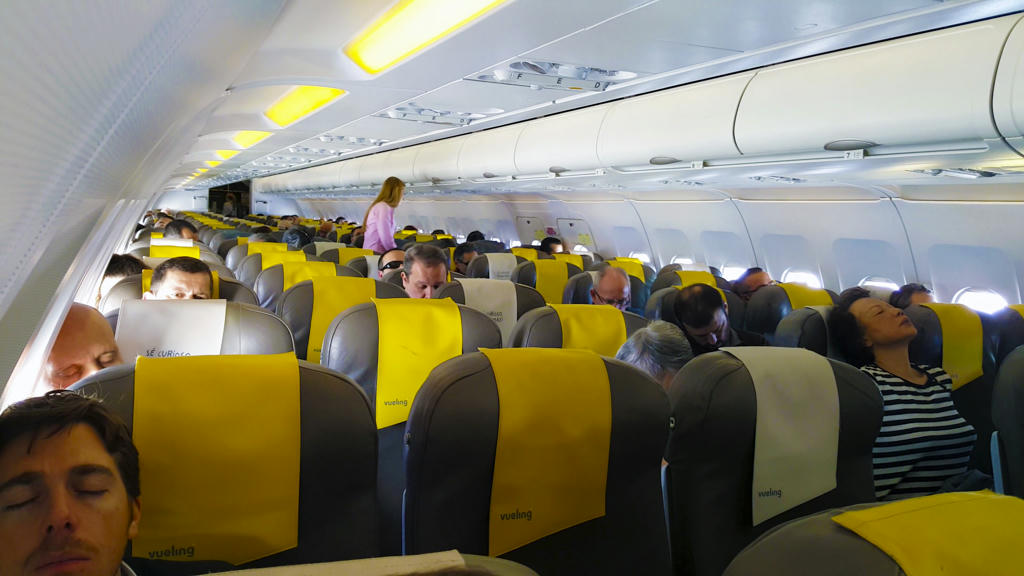 Roaring from santiago to barcelona with vueling for Interieur avion ryanair