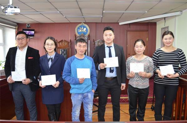 Монголын Шүүхийн ажилтнуудын холбооны гишүүний батламжийг гардуулан өглөө.
