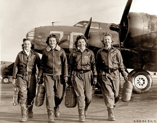 Estas-cuatro-pilotos-femeninos-que-salen-de-su-nave,-Pistol-Packin'-Mama,-en-la-escuela-cuatro-motores-en-Lockbourne-AAF,-Ohio,-son-miembros-de-un-grupo-de-mujeres-de-la-fuerza-aérea-Los-pilotos-de-Servicio-(avispas)-que-han-sido-entrenados-para-transportar-a-los-B17-fortalezas-volantes.-De-izquierda-a-derecha-son-Frances-Green,-Margaret-(PEG)-Kirchner,-Ann-Waldner-y-Blanche-Osborn