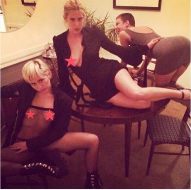 Miley,-Scout-y-Tallulah-en-su-provocativa-foto-en-Instagram