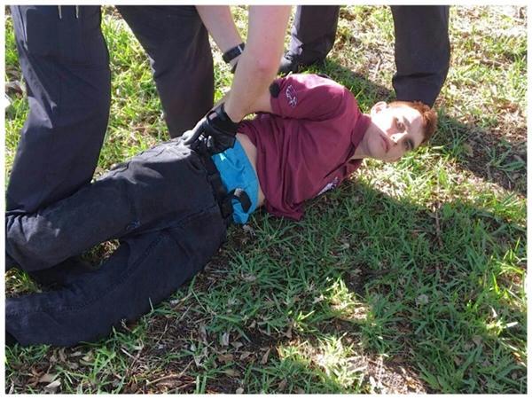 Nikolas Cruz, de 19 años uso un rifle de asalto AR-15 para perpetrar su atroz y demencial acto de violencia