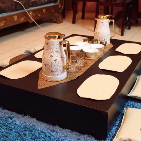 طاولة التقديم المميزة سيدة عصريه