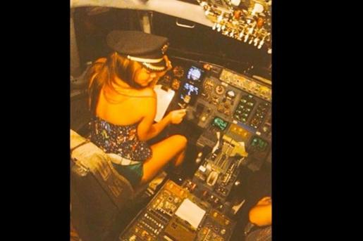 una-muy-sensual-piloto- Samadhi-Zendejas -al-mando-de-la-aeronave