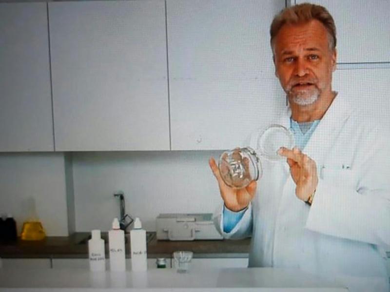 El máximo gurú de la venta de Dióxido de Cloro es Andreas Ludwig Kalcker quien se autodefine como investigador biofísico, título que fue acreditado como Doctor de Filosofía en Medicina Alternativa y Biofísica Natural por la Open University of Advanced Sciences, una universidad naturista acusada de vender títulos falsos por internet
